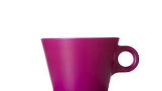 Ljubičasta šalica crne kave