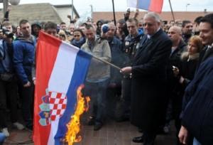 Šešelj-i-hrvatska-zastava-576x392