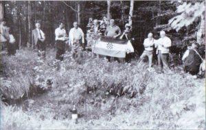 Jama na vrhu Ilovca u kojoj je, razbijanjem lubanja udarcima tupog dijela šumskih sjekira, pogubljen 101 žicom vezani hrvatski vojnik