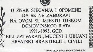 """Vojniæ, 15.4.2015 - Organizacija Samostalne demokratske srpske stranke (SDSS) Vojniæ tvrdi da u bivšoj zgradi suda u Vojniæu tijekom Domovinskog rata nije bio logor te da je tekstom sa spomen-ploèe, otkrivene 11. travnja, """"uvrijeðen srpski narod"""". Na ploèi piše: """"U znak sjeæanja i opomene da se ne zaboravi da su na ovom mjestu tijekom Domovinskog rata 1991 - 1995. godine bili zatvarani, muèeni i ubijani hrvatski branitelji i civili"""", te potom piše ime udruge 'Hrvatskog društva logoraša srpskih koncentracijskih logora', koja je postavila to obilježje. foto HINA/ Mladen VOLARIÆ/ ua"""