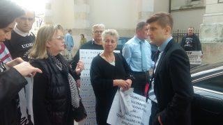 Mnistar Zdravko Marić sa prosvjednicima ispred Hrvatskog sabora