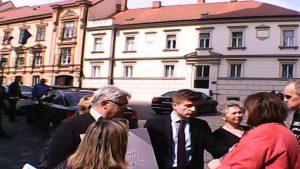 ministar marić - ispred sabora sa prosvjednicima