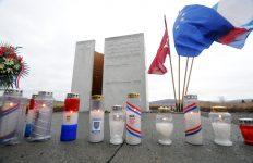 Otocac, 301213. U mjestu Tupale kod Otocca ministar Predrag Matic otkrio je spomenik petnaestoro strijeljanih mjestana u rujnu 1946. godine. Radi se o prvom takvom spomeniku postavljenom za zrtve totalitarnih rezima. Na fotografiji: Spomenik u Topalima. Foto: Robert Fajt / CROPIX