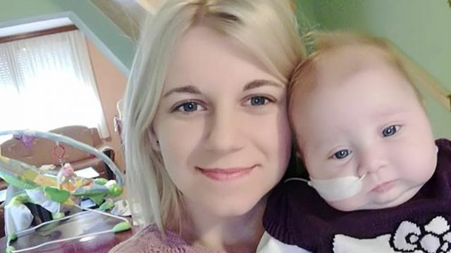 ?ÈRNKOVCI  Èetveromjeseèna Lorena Amidžiæ iz Èrnkovaca prvi je sluèaj u Hrvatskoj, ali i Europi, te 25. sluèaj zabilježen u svjetskoj medicini s dijagnozom kongenitalna fuzija maksile imandibule desno – signatija. Laièki prevedeno, Lorena je dijete roðeno sa sraslim èeljustima i njezine šanse za preživljavanje bez pravodobnog medicinskog zahvata koji bi joj razdvojio gornju i donju èeljust - ravne su nuli! Takva operacija jedino bi se mogla izvesti na jednoj austrijskoj klinici i stoji oko 30.000 eura, a obitelj Amidžiæ je veæ poslala zahtjev za podmirivanje troškova HZZO-u.   studeni 2017  obiteljski album  Autor:    ------ 2 color slbar